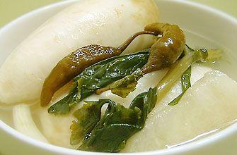 「トンチミ」 水キムチの一種とクルギムチを含むパンチャン(惣菜)で、大根、梨、ゆずなどを丸のまま入れて漬けます。腹にしみるさわやかな涼味が特徴です。    一般的な材料 ・大根  ・ミネラルウォーター  ・花塩  ・砂糖    ・一緒につけるもの   -梨    -玉ねぎ    -青陽唐辛子    -赤唐辛子    -万能ねぎ    -にんにく    -生姜     トンチミの作り方