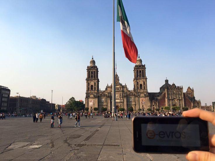 Στην κεντρική πλατεία του Μεξικού βρέθηκε πριν λίγες μέρες ο φίλος Πασχάλης! Στη φημισμένη Plaza de la Constitucion (Zocalo) ενημερώθηκε από το e-evros.gr και φυσικά μας έστειλε την αγάπη του. Η Plaza de la Constitucion βρίσκεται στη καρδιά της πόλης και συγκεκριμένα στο el Centro Historico. Αυτή η πλατεία είναι η δεύτερη μεγαλύτερη δημόσια πλατεία του κόσμου μετά την Κόκκινη Πλατεία της Μόσχας ενώ την τρίτη θέση κατέχει η πλατεία Τιενανμέν του Πεκίνου. We love you too Pasquale <3