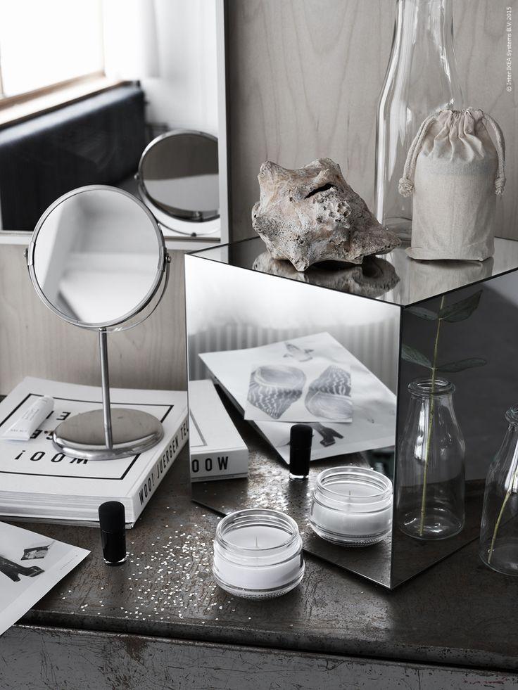 LOTS speglar monteras ihop till en kub som blir en glammig minimonter man kan ställa sina vackra prylar på. TRENSUM bordsspegel.