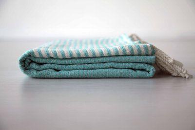 De SOHO turquoise. Een heerlijke zachte hamamdoek in een frisse kleur. De SOHOlijn is erg fijn geweven, handgemaakt en 100% katoen. Bestel hem snel op www.theuppereast.nl voor maar E22,-.