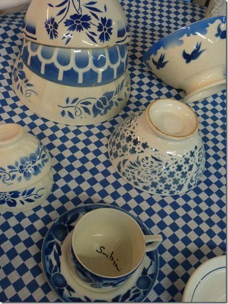 bols bleu sur nappe à carreaux bleu