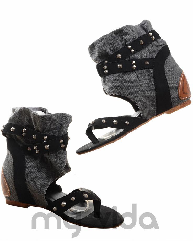 NERO - https://www.myvida.org - Sandali jeans donna con infradito. Sandalo tipo gladiatore con borchie, zeppa interna e tacco basso.