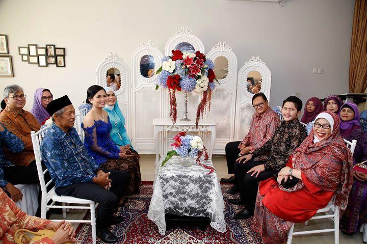 Dalam pernikahan adat Jawa, keberadaan orangtua sangat penting sejak prosesi lamaran calon pengantin laki-laki kepada calon pengantin perempuan.