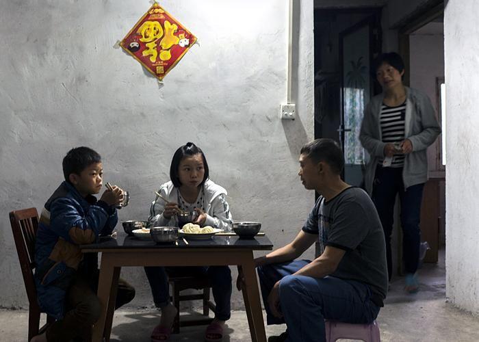 История Китая на примере жизни одной девушки  Ее детство прошло на рисовых полях и в окружении домашних свиней. Уничтожение сельских районов Китая стало для Сяо Чжан освобождением и принесло новые возможности. Это история о том, как ее жизнь менялась вместе с ее страной.