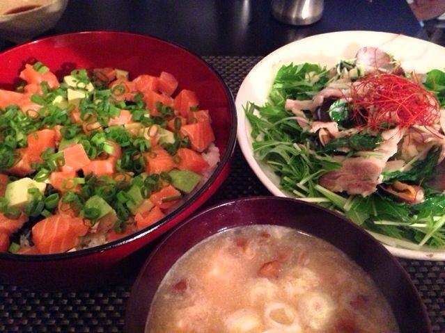 アサリと豚バラの酒蒸し水菜サラダ  普通のアサリのにんにく 酒蒸しに豚バラを プラスして味付けはお醤油だけですが これ、簡単で水菜がごっそり食べれて 楽チンで良いですよー 是非お試しを〜^ ^ - 9件のもぐもぐ - サーモンとアボカド丼、アサリと豚バラの酒蒸し水菜サラダ、なめことお豆腐のお味噌汁 by Ayumiazu
