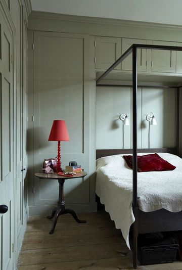 French grey in the bedroom by Farrow & Ball | More photos http://petitlien.fr/peinturechambre / #interior #bedroom