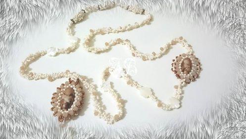 Una collana anni '30 realizzata interamente a mano con rocailles, cristalli, pietre in vetro e madreperla.