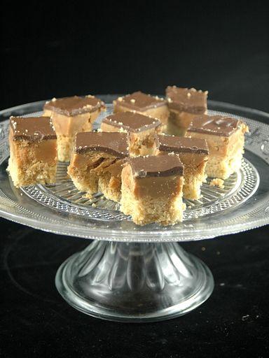 Sablés du millionnaire - Marmiton fait avec du caramel au beurre salé inratable du site, à la place du toffee.Bien l'étaler sur une feuille de papier sulfu pour le démouler facilement