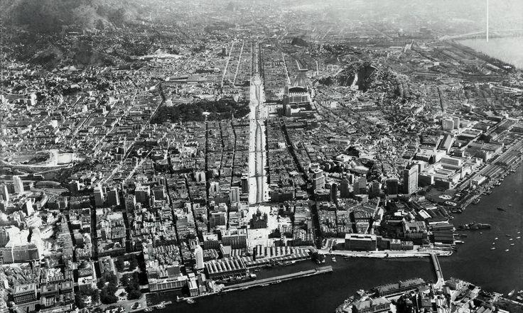 Concluída em 1944, a construção da Avenida Presidente Vargas exigiu a demolição de mais de 500 edificações e quatro igrejas. A via tornou-se a principal ligação entre o Centro e a Zona Norte. Foto: Museu Aeroespacial