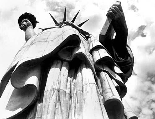 The Statue of Liberty, NYC, 1930 by  Margaret Bourke-White. S) byn punto de vista estatua libertad fotografia