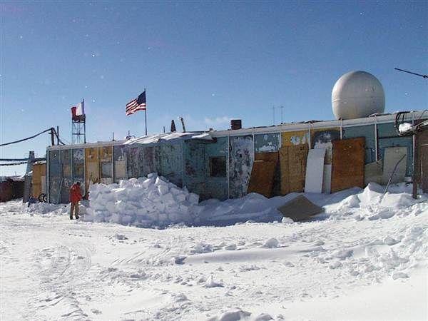 南極ボストーク湖の研究基地。