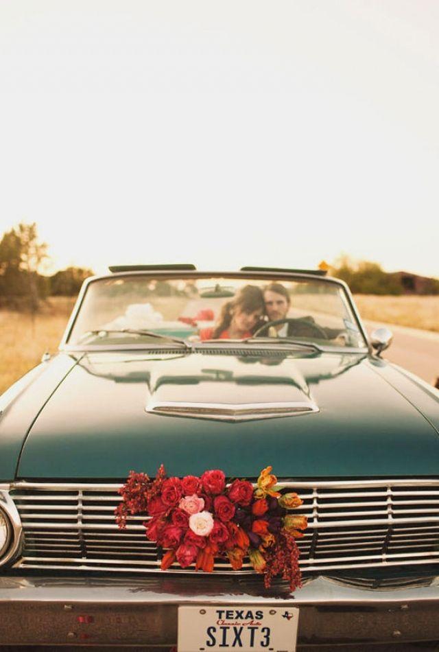 Bloemen op de voorkant van je auto! #trouwauto #bloemenkrans #decoratie #versiering #alternatief Decoratie voor je trouwauto, laat je inspireren!   ThePerfectWedding.nl   Fotocredit: The Life You Love Photography