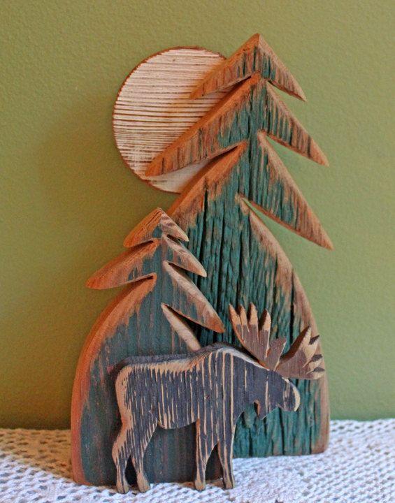 Holzskulptur. Rustikale Pinien, Elch und Mond. Hölzerne Hand geschnitzte Haus, Hütte oder Lodge-Dekor.