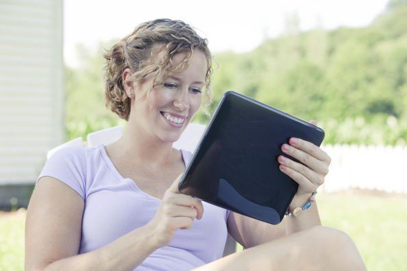 Hva skjer med oss når vi leser på skjerm?  Det å lese påvirker oss på mange måter. Forskning antyder at det å lese skjønnlitteratur kan gjøre oss mer empatiske og hjelpe oss til å utvikle sosiale ferdigheter. Men har det noe å si for leseropplevelsen om vi leser på papir eller på skjerm? Det vil forskerne finne ut.