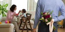 Un hombre va a sorprender a su esposa con un ramo de flores