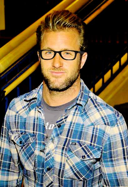 Scott Caan: This pic reminds me of my hubby! Shirt, glasses, eyes, facial hair, square chin, height... Aaawww!