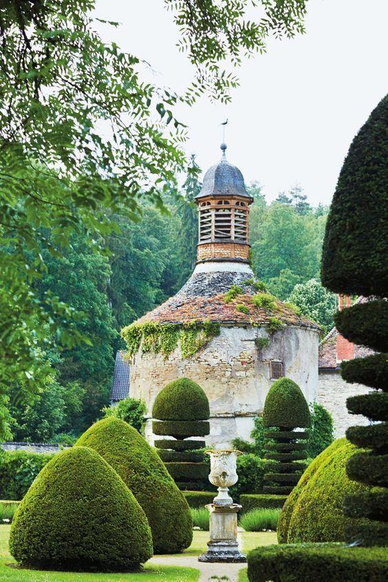 Garden at Abbaye de la Bussière, Burgundy. Photo: Lisa Linder: