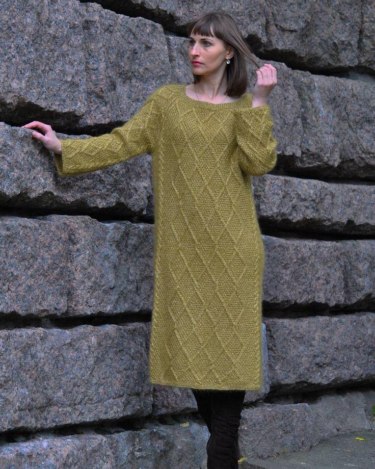 Платье ручной работы цвета оливы. Смесь двух видов элитной пряжи Lana Grossa + Anny Blatt. Повтора с таким составом не будет ( пряжа снята с продажи) , если будут желающие связать под заказ, буду думать над составом. Платье прямого силуэта ( мне велико), хотя я тоже такое очень люблю.  Реальный цвет в истории.  #платье#вязаниеназаказ#вязаноеплатье#элитнаяпряжа#хендмейд#длинноеплатье#lanagrossa#annyblatt#tatianahm##платьеараны#араны#платьекосами#