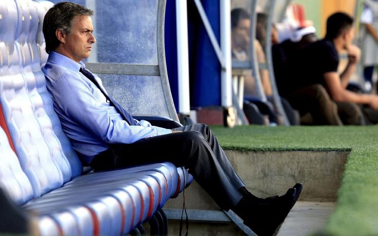 """""""Posti vuoti al Bernabeu? Ci mancava solo questa…Io non sono il responsabile della crisi economica in Europa e in Spagna"""". Jose' Mourinho ha risposto cosi' a una domanda sulla scarsa affluenza di pubblico in occasione della delicata sfida di Champions contro il Borussia Dortmund in programma domani. Il tecnico portoghese, in generale, e' apparso piuttosto nervoso.  http://marketingsportivo.com"""