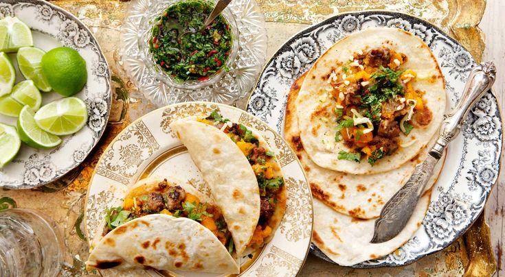 Recept på pumpa- och chorizotacos. Rättens karaktär avgörs till stor del av hur stark korv man använder. Fajitaskrydda finns i påsar vid tacohyllan i butiken.