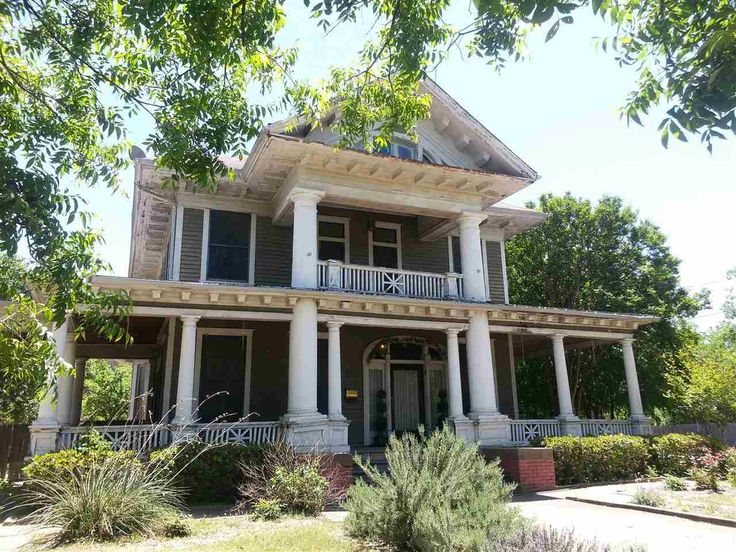 This makes me want to move to Waco, TX and have @MagnoliaHomes fix her up. 2420 COLCORD AVE  WACO, TX 76707