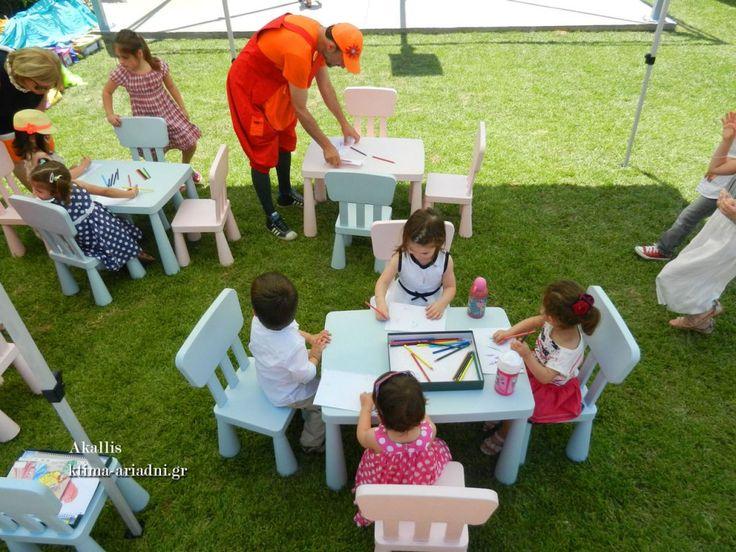 Κάτω από τη σκιά της τέντας, στα μικρά τραπεζάκια, τα παιδιά περνούν όμορφα και διασκεδαστικά υπό την επίβλεψη και καθοδήγηση των επαγγελματιών