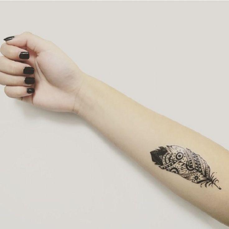 On estime que la signification et l'interprétation du dessin varient en fonction de l'animal auquel la plume appartient. Ainsi, pour représenter l'intelligence, il faut opter pour une plume de hibou ; pour la vaillance – une plume d'aigle ; pour la beauté – une plume de paon.