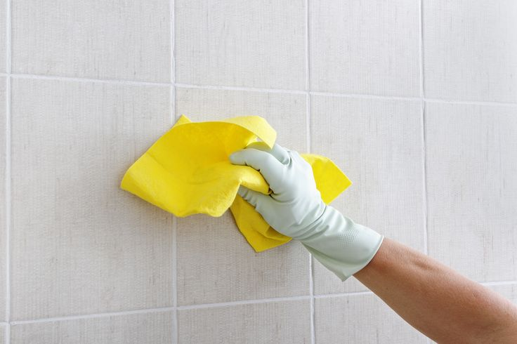 Alles, was wir brauchen sind, ein Tütchen Backpulver, eine Zitrone und eine ausrangierte Zahnbürste. Jetzt einfach das Backpulver auf der Zahnbürste verteilen und losschrubben. Anschließend mit Wasser abwaschen. Dann die Fliese mit einer halben Zitrone abreiben, 15 Minuten einwirken lassen, mit Wasser abspülen und mit einem Tuch trocken wischen. Fertig!