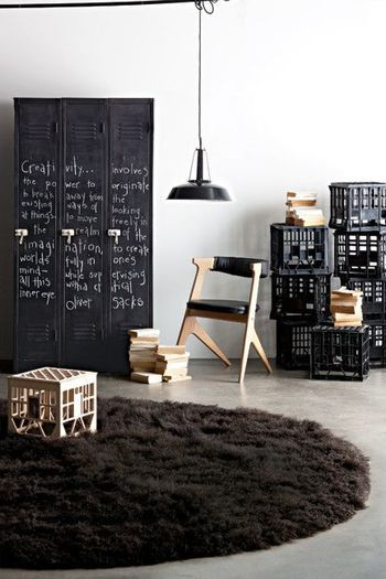 「業務用」と思わせる家具のポイントは何でしょうか?シンプルなデザインはもちろんのこと、その素材もポイントになります。無機質で飾り気のないスチールは、想像以上にどんなお部屋にもなじみ、また軽量で扱いやすいものも多くあります。