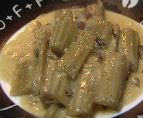 En la cena de Nochebuena, en muchos hogares de Huesca y Zaragoza es muy habitual cocinar los cardos como entrante. Tomás nos explica paso a paso cómo prepararlos con una deliciosa salsa de almendras.