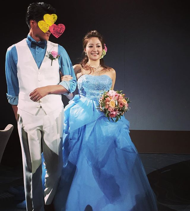 結婚式レポ お色直し入場♡初のカラードレスをアップ!  中座はお互いに母親としました。ママと手をつないで歩けて嬉しかったです♡中座の間にドレス色当てクイズの投票をしてもらいました。 ・ カラードレスはピンクが着たかったのですが、似合う物に出会えず、、このドレスは、試着だけと思ったら何だか忘れられず。悩んで決めました! ・ デコ出し、髪にはピンクとグリーンの紫陽花。ブーケも理想通りでお気に入り。 旦那さんは、ジャケットなし、腕まくり。シャツ、ボウタイ、靴は自前。 お色直し、みんなにすごく好評で嬉しかったです♡ ・ #結婚式レポ #結婚式 #パレスホテル #palacehoteltokyo #披露宴 #葵西 #カラードレス #トリートドレッシング #treatdressing #水色 #ブルー #ピンクブーケ #お色直し #ドレス色当て #卒花嫁 #卒花 #マタニティウェディング #妊娠8ヶ月 #30w #新郎 #ジャケットなし #tmwedding0529