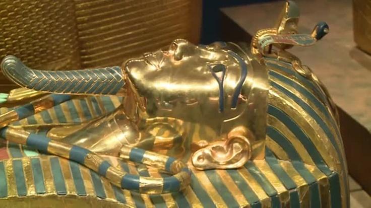 A exposição, que traz réplicas dos objetos encontrados na tumba do faraó Tutankamon, deixa o público livre para tocar em móveis, carruagens e sarcófagos.
