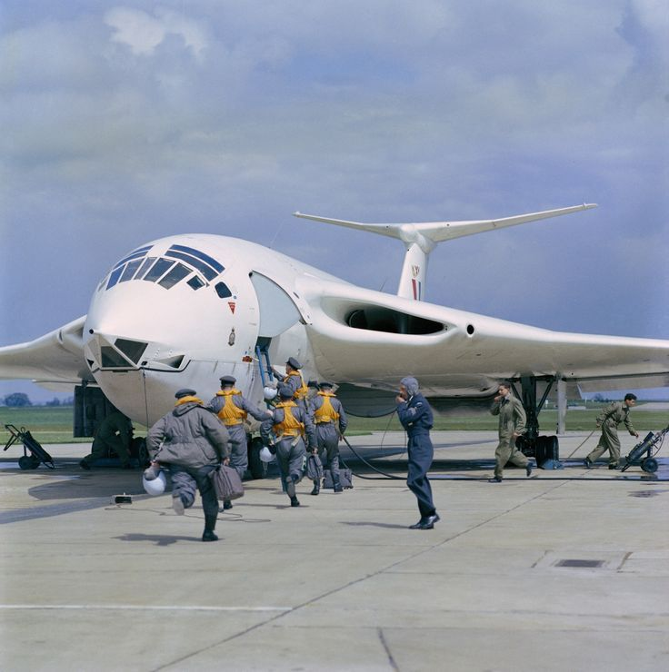 Crew of a Victor B1 scrambles for their aircraft, RAF Cottesmore 1959.
