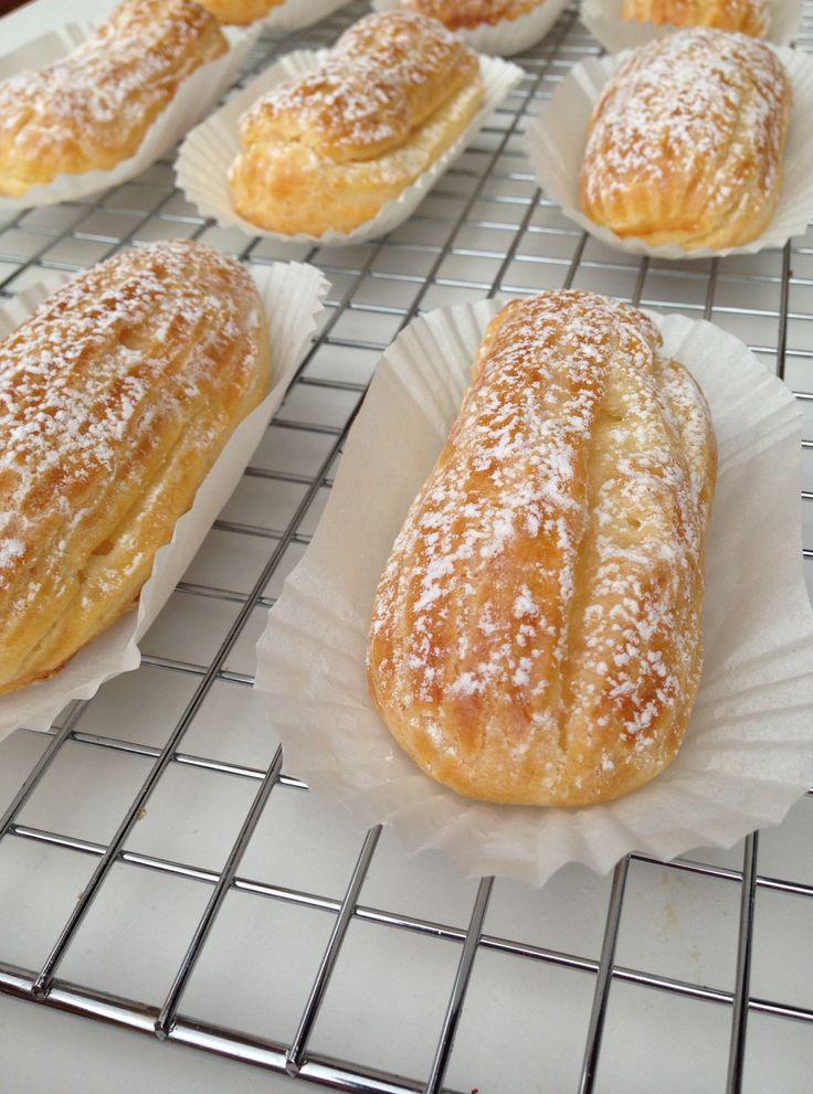 La masa de los éclairs o la masa de los pétits choux ( repollitos en francés ) es una masa muy antigua ( S. XVI ) y una de las bases de la pastelería. Con ella realizamos un sin fin de elaboraciones, no solo saladas sino también dulces , profiteroles, éclairs, petits choux, croquembouches...y quitando el azúcar los gougères y los ...