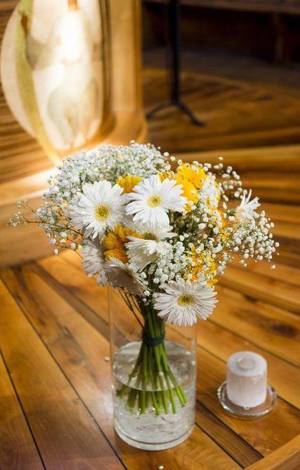 Bouquets de gerberas blancs et jaunes - Cérémonie www.lapetiteboutiquedefleurs.fr Crédit photo: Guillaume Perret