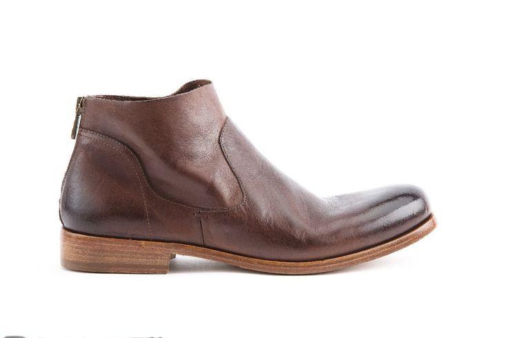 Polacchino uomo con zip posteriore in Vacchetta colore T. moro. Man boot with back zip in Vacchetta leather T. moro color.