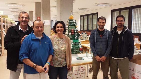 Bajo el árbol de Navidad de la Biblioteca de Química y Biología te espera un regalo si colaboras en la 6ª Campaña de recogida de alimentos de ULL solidaria. ¡Contamos contigo!