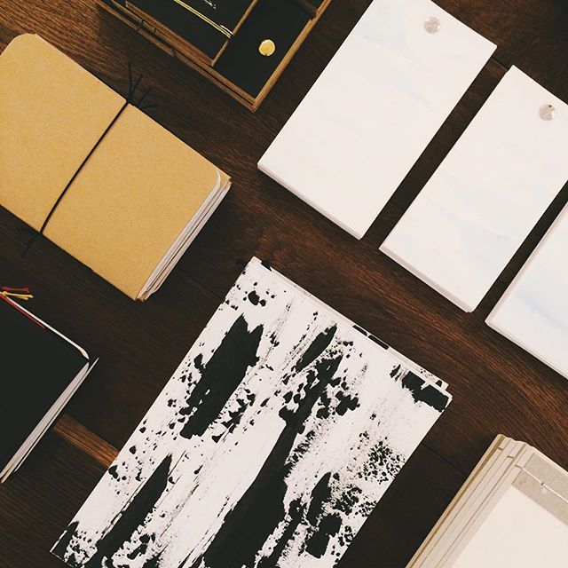 Krásné & poctivé věci pro každý den nejsou jen o bydlení. Své velké myšlenky zaznamenejte černě na bílém nebo bíle na černém do zapisníků p a p i d u. Právě dorazily a jsou tak krásné, že se snad rozpláču radostí. 😍😂 #papidu #hnstlystore #newin #novevhnstly #paper #notebook #recycledpaper #blackandwhite #handmade #musthave