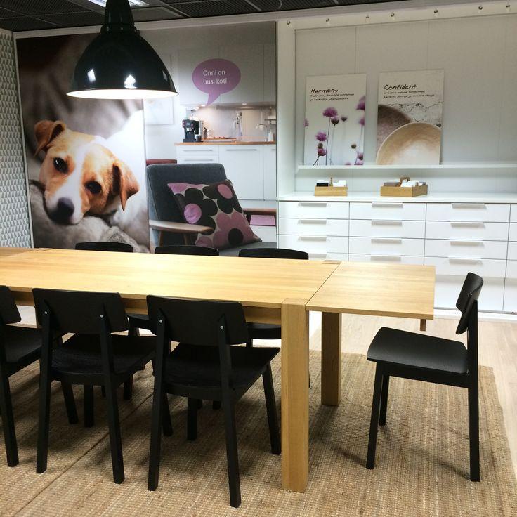 Ruokapöydän ääressä tehdään tärkeitä päätöksiä kun valitaan uuden kodin materiaaleja ja varusteita Kuopion Kotimyymälässä.