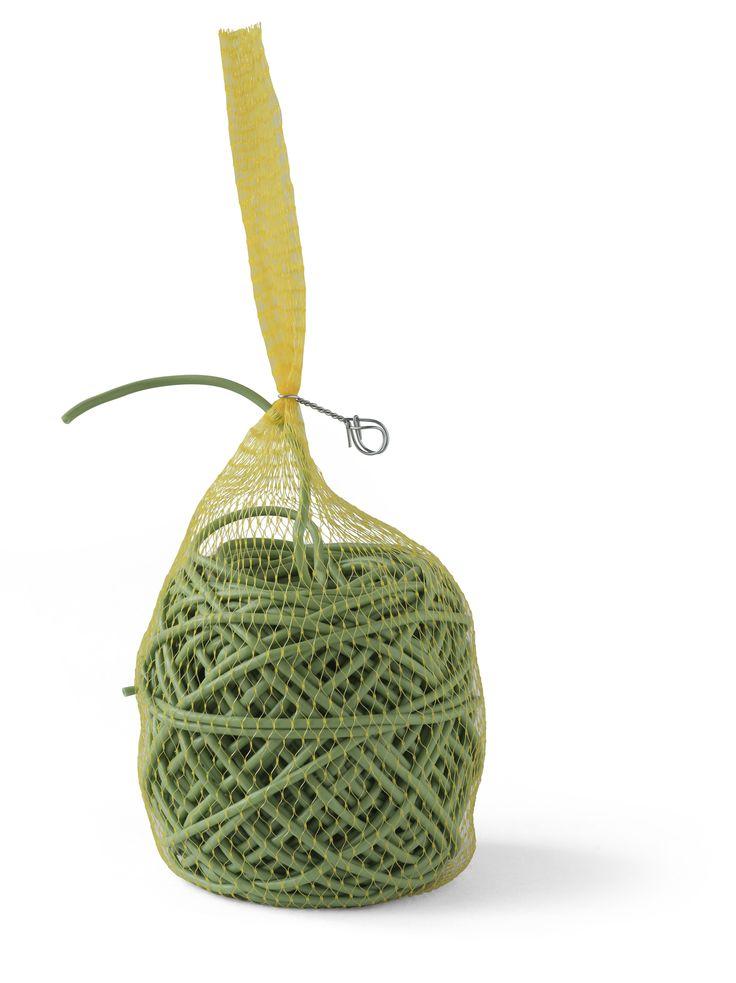 Bindbuis is meer geschikt voor het opbinden van takken, zoals leibomen en klimrozen. Het stevige materiaal is hol en een beetje elastisch, zodat de groei van de tak niet wordt belemmerd. Het gaat 3 tot 5 jaar mee, daarna wordt het bros. De tak is dan sterk genoeg en wordt niet afgekneld. Dit bindbuis wordt gebruikt door professionele boom- en rozenkwekers.  Hol, elastisch materiaal. Sterk. Verteert in 3-5 jaar, ca. 3 mm dik.   c.a. 75 meter per bol