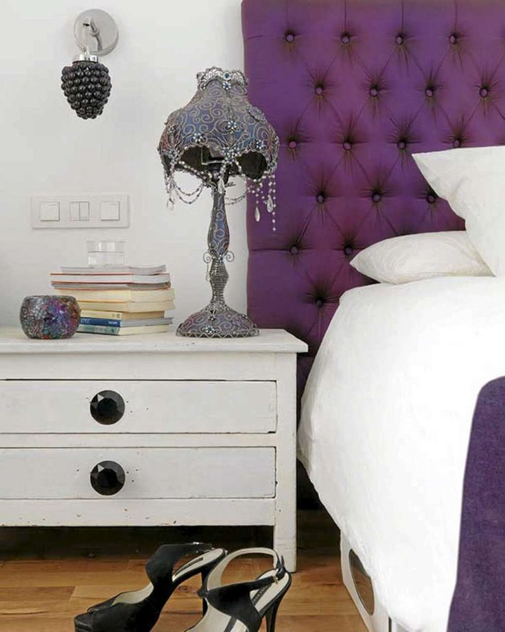 FARGEKLATTER: Leiligheten har gjennomgående fargeklatter i interiøret. På soverommet er det lilla som gjelder.