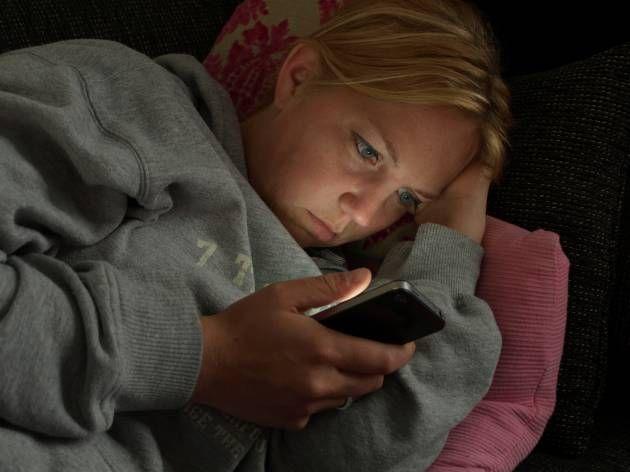 O uso do telemóvel ou computador antes de dormir - http://comosefaz.eu/o-uso-do-telemovel-ou-computador-antes-de-dormir/