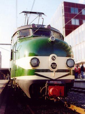 """is een bijzondere verschijning. Het is een krachtig machine en het heeft iets legendarisch, denk bijvoorbeeld aan de:,,Oriënt Express"""", en treinen die kilometerslang en met zeer hoge snelheid over het spoor voortbewegen."""