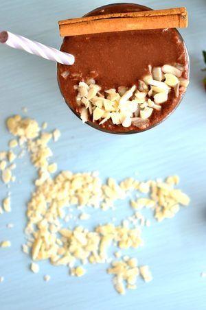 Για το σοκολατένιο smoothie με μπανάνα: ΜΕΡΙΔΕΣ: 500 ml (2 μεγάλα)  ΥΛΙΚΑ 1 μεγάλη μπανάνα, παγωμένη και τεμαχισμένη 30 γρ. βρώμη 380 ml γάλα αμυγδάλου (ή απλό γάλα) 1 κ. σ. κακάο σε σκόνη 2 κ. σ. μέλι ¼ κ. γ. κανέλα σε σκόνη 1 κ. γ. εκχύλισμα βανίλιας 1 πρέζα αλάτι λίγο φιλέ αμυγδάλου, για γαρνίρισμα (προαιρετικό) 2 ξυλάκια κανέλας, για γαρνίρισμα (προαιρετικό)