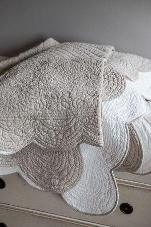 Ett vackert, detaljrikt överkast i vitt och beige som både ger harmoni till ditt sovrum och ett välstädat intryck.