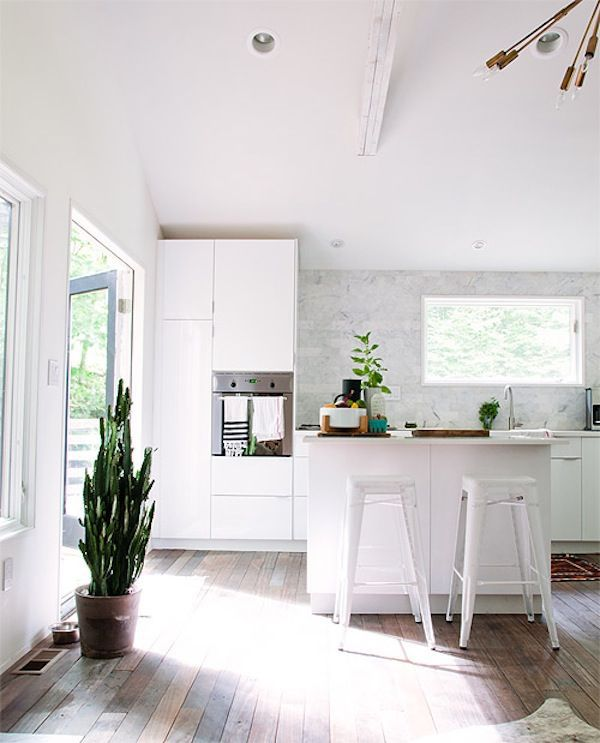 Yes please, bright white and wood floors + bit of greenery