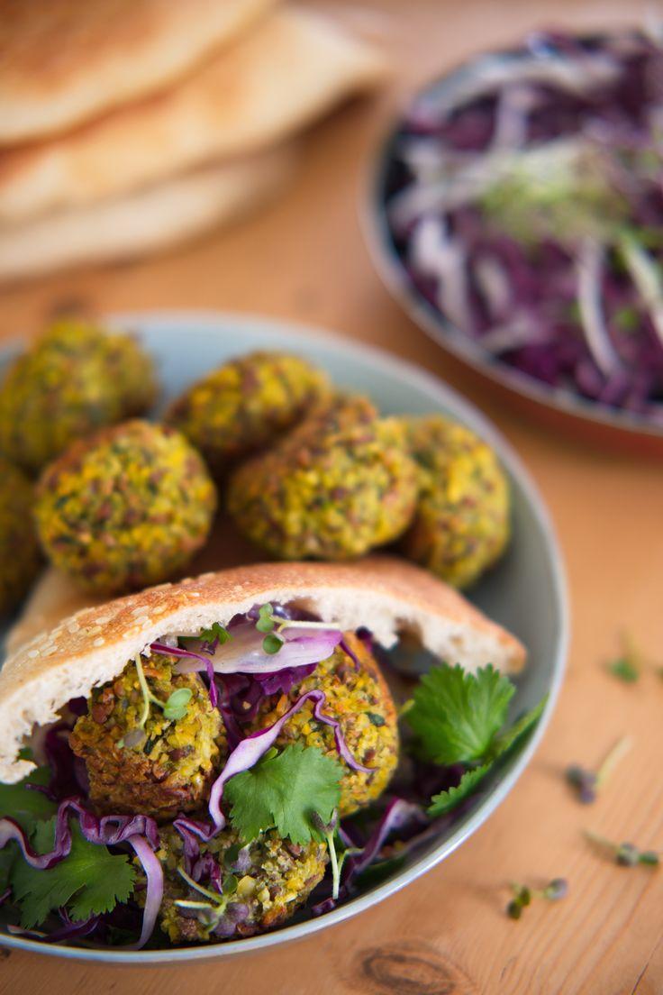 Fa fa fa falafelfest Her får du verdens beste oppskrift på falafel med spinat og persille. Sprø på utsiden og fluffy på innsiden vil disse falaflene bli din nye favoritt. http://www.gastrogal.no/falafel/