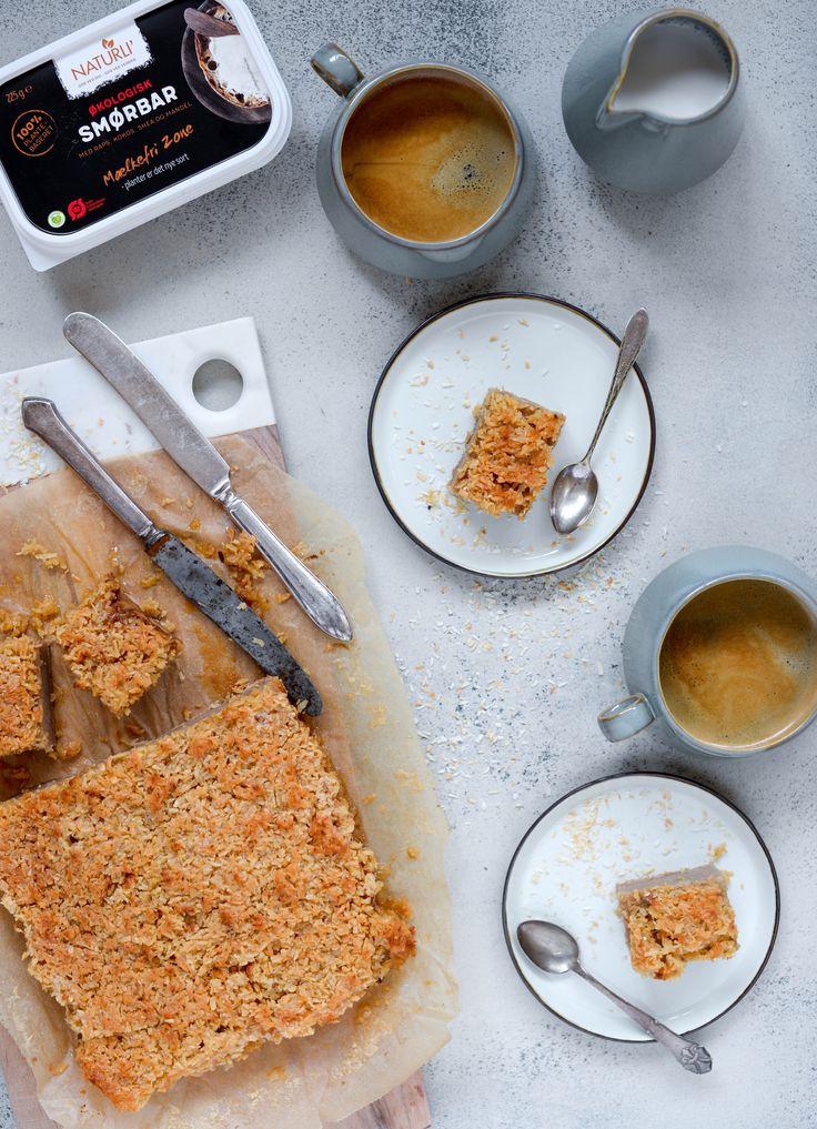 Drømmekage fra Brovst (æblemos, mandelmælk, glutenfri mel, sukrin, bagepulver, vaniljepulver, kokosmel, sukring gold, naturli mandelmælk, smørbær)
