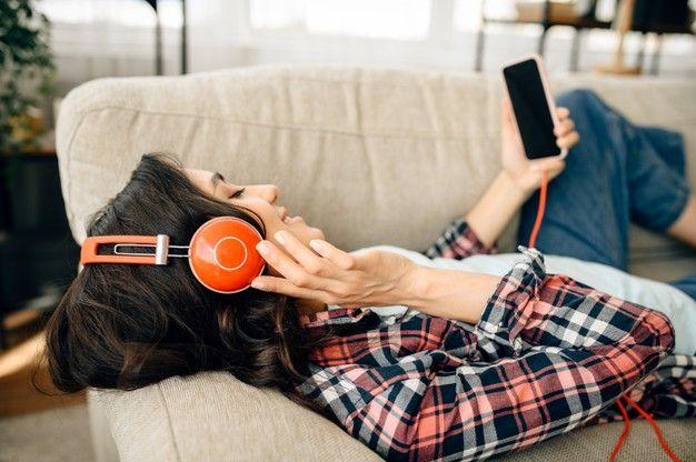 Mulher Em Fones De Ouvido, Ouvindo Música No Sofá. | Escutando música, Fones de ouvido, Musica mulher