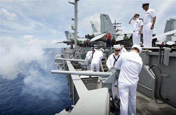 4日、南シナ海に展開する米空母ロナルド・レーガンの乗員(米海軍提供)